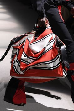 Pictures of the best fall 2020 designer bags at Milan Fashion Week. New Handbags, Fashion Handbags, Couture Fashion, Fashion Show, Red Fashion, Peter White, Designer Scarves, Best Bags, Purse Styles