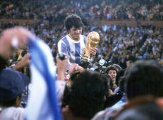 Pasarella vuelta olimpica con copa en Argentina 78.jpg