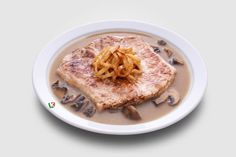 Свинска пържола с гъбен сос: Класическа комбинация от пържола с ароматни гъби за енергия през целия ден. Ястието е не само богато на питателни вещества, но е и много вкусно.