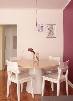 Essa dica nunca envelhece: mesas redondas são ótimas para quem tem uma sala de jantar apertada...assim a circulação fica mais fácil e sempre cabe mais um!  Mais em www.historiasdecasa.com.br #todacasatemumahistoria #smallspaces #dinnigroom