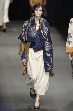 127 photos of Dries Van Noten at Paris Fashion Week Fall 2004.