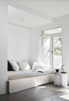 In the middle of Sydney's bustling Bondi, a couple transforms a duplex into a light, air-filled retreat without knocking down a single wall. Mcm House, Romantic Home Decor, Living Room Modern, Living Area, Living Rooms, Apartment Interior, Cheap Home Decor, Home Renovation, Decoration