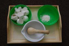 """Montessori & Reggio - Activité """"Vie pratique"""" Montessori: réduire en poudre des coquille d'œufs."""