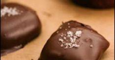 Det här är en lakritskola som är, med respekt, inspirerad av en pralin jag åt på chokladfabriken – vill man ha starkare eller svagare lakritssmak får man ta mer eller mindre turkisk peppar i. Naturligtvis kan man göra bara kolor och äta som de är. Då får man vira in i bakplåtspapper så de inte kladdar ihop. Kolan påminner lite om gamla godingen Käck. Receptet kommer från boken Julgodis - för små och stora sockerbagare.