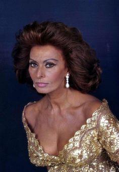 """"""" Ogni fase della vita porta con sè i suoi capricci e le sue trappole. A trent' anni si è giovani e insicuri, a quaranta si è forti e spesso stanchi, a cinquanta si è saggi, forse un po' malinconici. E quando si arriva sulle soglie degli ottanta, a volte si è presi dalla voglia di ricominciare tutto da capo. Si rinasce nei ricordi e ci si innamora del futuro. """" Sophia Loren"""