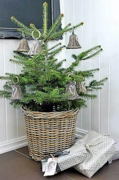 sapin décoré dans une maison scandinave