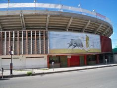 """La plaza de toros """"Alberto Balderas"""", otro ícono de la frontera de antaño, dejó de ser la sede de la fiesta brava  por el descuido y abandono del centro histórico donde se encuentra."""