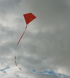 Rainy States Learn how to build a Diamond kite by making and flying the MBK Simple Diamond. The Paper Kites, Kites For Kids, Kite Making, Craft Activities For Kids, Kids Crafts, Go Fly A Kite, Httyd Dragons, Spring Air, Summer Bucket Lists