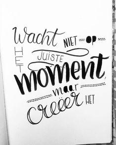 """104 vind-ik-leuks, 5 reacties - Claire van den Berg (@lettersbyberg) op Instagram: """"Wacht niet op het juiste moment, maar creëer het"""" Dutch Quotes, Bujo, Diy Letters, Brush Lettering, Handwriting, Best Quotes, Texts, Bullet Journal, Wisdom"""