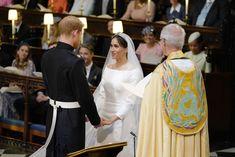 Prinssi Harry ja Meghan Markle pitävät toisiaan käsistä kiinni alttarilla.