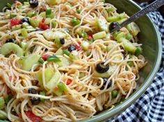 A flavorful pasta salad packed full of fresh vegetables. This spaghetti salad recipe makes a large salad that is perfect for taking to potlucks or for serving a crowd. New Recipes, Dinner Recipes, Cooking Recipes, Healthy Recipes, Dinner Ideas, Food For Thought, Different Salads, Spaghetti Salad, Main Dish Salads