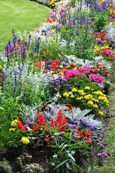 Excellent Gardening Ideas On Your Utilized Espresso Grounds Poss Raised Garden Idea Garden Yard Ideas, Lawn And Garden, Garden Landscaping, Garden Edging, Beautiful Flowers Garden, Beautiful Gardens, Cottage Garden Plants, Garden Pots, Outdoor Flowers