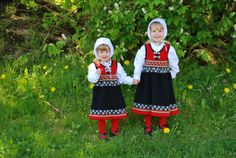 Discover thousands of images about Fine strikkede barnebunader - Foreldreportalen Norwegian Clothing, Baby Barn, Costumes, Costume Ideas, Traditional Dresses, Shades Of Green, Norway, Scandinavian, Doll Clothes