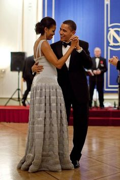 President Barack Obama and First Lady Michelle Obama Dancing Michelle E Barack Obama, Barack Obama Family, Michelle Obama Fashion, Black Presidents, Greatest Presidents, American Presidents, American History, Native American, First Black President