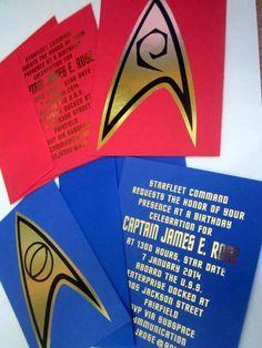 Este conjunto de 12 invitaciones está inspirado en la serie original de televisión Star Trek. Cada uno es estilo postal impreso en cartulina azul, rojo o amarillo en hoja de oro metálico brillante en la parte posterior. Es muy difícil de fotografiar la hoja de oro. Cualquier variación en el color que usted ve es objetos que reflejan en la superficie espejada. En el frente, es una insignia de hoja de oro. Cada uno mide aprox. 5,5 x 4.25 pulgadas y viene con un juego envolvente de A2. La parte…