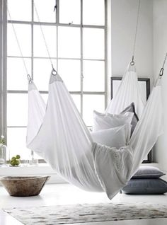 White hammock, pillows, wide windows, rug Childrens room Kids room decoration White interior Minimalis and clean design My New Room, My Room, Style At Home, Indoor Hammock, Hammock Bed, Interior And Exterior, Interior Design, Home And Deco, Home Living