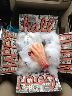 19 Spooky & Fun Halloween Care Package Ideas for College Students Spooktacular ideas Halloween that are sure to dazzle any college kid! Fun, spooky, and thoughtful ways to decorate a care package for a student. Diy Halloween Gifts, Halloween Gift Baskets, Halloween Boo, Halloween Treats, Holiday Baskets, Boyfriend Care Package, Diy Gifts For Boyfriend, Boyfriend Ideas, Boyfriend Stuff