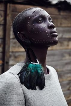 I've been very interested in the African culture lately. I have never realized how beautiful and unique their style is and African is such a beautiful culture to be a part of. This woman looks absolutely stunning! Safari Chic, African Beauty, African Women, African Style, African Art, My Black Is Beautiful, Beautiful People, Bild Tattoos, Foto Art