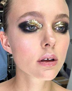 Gold glitter smokey eye makeup look ?⚡️ Best Picture For smokey e Punk Makeup, New Year's Makeup, Beauty Makeup, Makeup Stuff, Makeup Goals, Hair Makeup, Subtle Smokey Eye, Smokey Eye Makeup Look, Glitter Makeup Looks