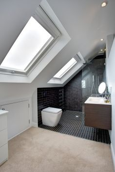 Bathroom inspiration - Two loft windows add plenty of light to this gorgeous bathroom. Badkamer op zolder onder schuin dak met 2 dakramen inspiratie - Model Home Interior Design Attic Loft, Loft Room, Bedroom Loft, Attic Stairs, Attic Office, En Suite Bedroom, Eaves Bedroom, Garage Attic, Attic Library