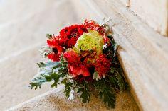 Originale composizione di ranuncoli e Jatropha podagrica, che rendono unico questo bouquet