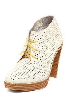 Weißes perforiertes Leder mit braun. Vielleicht besser mit braunen oder schwarzen Schnürsenkeln