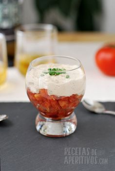 Tartar de tomate y mousse de atún Tapas Bar, Cooking Recipes, Healthy Recipes, Chicken Salad Recipes, Appetisers, Light Recipes, Finger Foods, Holiday Recipes, Mousse