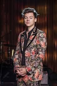 One Direction Harry Styles pictured at the BBC wearing a stylish floral suit from the Gucci Cruise 2018 collection – Photo by James Stack © BBC Harry Styles Fotos, Harry Styles Baby, Harry Styles Lindo, Harry Styles Mode, Harry Styles Pictures, Harry Styles Imagines, Harry Edward Styles, Harry Styles Fashion, Harry Styles 2015
