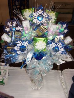 Winter / Christmas Candy Bouquet Candy Boquets, Candy Bar Bouquet, Gift Bouquet, Cookie Bouquet, Christmas Craft Fair, Christmas Candy, Winter Christmas, Xmas, Chocolate Flowers