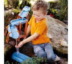 Canales para circuitos de agua  Ref.: 057043  Construir circuitos para hacer correr agua es un juego que gusta a niños y niñas grandes y pequeños. Este paquete incluye muchas piezas para poder hacer un gran recorrido. Es un juego magnífico y muy completo, con presas, canales, caminos, bifurcaciones, balancín, un tubo para hacer de túnel, una pala cucharón y soportes de 3 alturas diferentes.  Las piezas permiten que jueguen unos cuantos niños y niños a la vez.