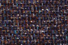 Tissu Chanel violet, la couleur de l'hiver 2014-2015. Il est très doux et composé de laine et mohair. Son épaisseur est parfaite pour des vestes et manteaux bien chauds. Référence AHE1891