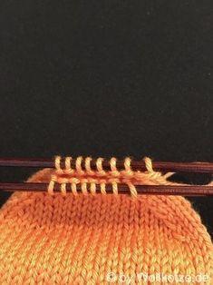Eine wirklich einfache Anleitung, wie du selber Socken mit einem Nadelspiel stricken kannst. Für Anfänger geeignet, mit lückenloser Bumerangferse.