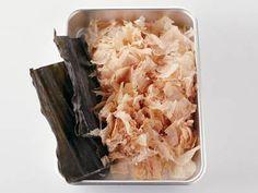 村田 吉弘さんの水を使った「おいしい一番だしのとり方」のレシピページです。ていねいにとっただしのおいしさを、シンプルな料理で味わってください。 材料: 水、昆布、削り節