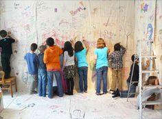 La chambre des signatures où murs, plancher et plafond étaient recouverts de toiles permettait d'intervenir avec crayons, fils et autres objets. De petits carnets, composés de carrés de tissus étaient réservés aux groupes et fixés au mur par la suite. Groupes, Crayons, Animation, Canvases, Walls, Floor, Ceiling, Fabrics, Objects
