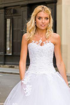 Robe de mariée sur mesure Lyon - Ludivine Guillot / Robe - Mariée - Dentelle - Bustier - Strass - Tulle - Princesse  - wedding dress - bridal gown - lace - mariage - tendance 2017 2018