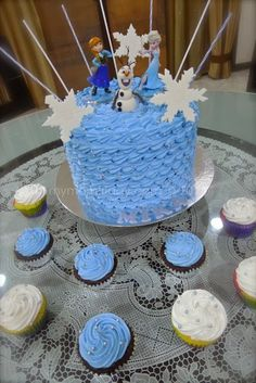 "Disney's ""Frozen"" and snowflakes theme for this birthday cake. http://www.mymomfriday.com/2014/01/fun-friday-what-to-prepare-for-frozen.html"