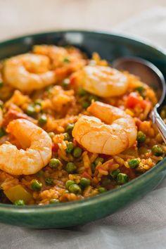 Een paella duurt normaal lang om te maken, met deze snelle paella met chorizo en garnalen kun je ook op drukke dagen genieten van heerlijke Spaanse paella. Paella Recipe, Good Food, Yummy Food, Foods To Eat, Food Inspiration, Foodies, Seafood, Dinner Recipes, Food And Drink