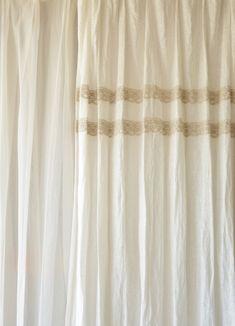 ボビンレース2段つき 1つ山 リネンレースカーテン 厚手レース 【 リノネージュ ホワイト 】 w100cm×H250cm~  ¥15,660(税込)~  繊細で雪のように真っ白なリノネージュで作ったオリジナルスタイルのリネンカーテン。レースと厚地の中間的なリネン生地です。 ペーパーホワイトというお花のようにも見えるかわいい図案のボビンレースを2本横ボーダーにしてカーテン上部に縫い付けました。 #リネンカーテン #リネンレース