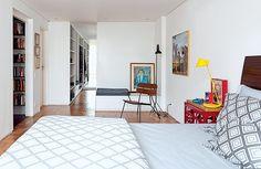 Suíte | A união de dois quartos deu origem ao amplo cômodo que ganhou closet, desenhado pelo escritório de arquitetura e executado pela Marc...