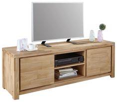 Mit diesem TV-Element aus Echtholz vereinen Sie Natur und Technik in Ihrem Zuhause. Das Möbelstück ist aus massiver Eiche gefertigtund mit einer hochwertigen Oberflächenölung versehen. Dadurch kommt der individuelle Farbcharakter stärker zum Vorschein und Sie profitieren von einer wohnlichen Atmosphäre. Die 2 Drehtüren sind grifflos zu öffnen. Dahinter befindet sichauf jeweils einem Einlegeboden Stauraum für Bücher, DVDs und kleine Elektrogeräte. In den 2 offenen Fächern sind Receiver und…