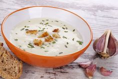 Garlic soup fights off flu and cold easily, due to its amazing anti-bacterial and anti-viral properties. Here's how to prepare, and treat lots of diseases. Garlic Soup, Garlic Bulb, Baked Garlic, Healthy Soup, Healthy Eating, Flourless Bread, Types Of Bread, Cream Soup, Drying Herbs