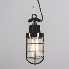 Hanglamp Port zwart - Zeer fraaie geëmailleerde retro lamp in industriële stijl met glas. Ook wel bekend als kooilamp, korflamp, visserslamp of bully. De gedraaide retro stoffen snoer is het detail dat hem echt af maakt. Deze vintage lamp is ook zeer geschikt om als wandlamp te gebruiken.