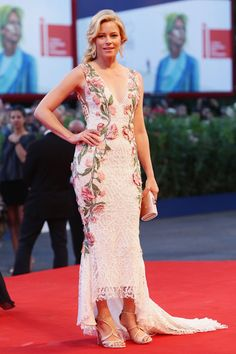 Elizabeth Banks Tube Clutch - Elizabeth Banks completed her ensemble with a champagne-colored tube clutch.