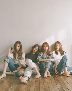 Here's Which Phones Your Favorite K-Pop Idols Are Using – girl photoshoot poses Group Picture Poses, Best Photo Poses, Group Poses, Best Friends Shoot, Korean Best Friends, Friend Poses Photography, Photography Poses Women, Prom Photography, Children Photography
