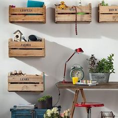 Arrumação com caixas de madeira.