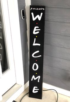 Welcome Signs Front Door, Wooden Welcome Signs, Front Porch Signs, Diy Wood Signs, Rustic Signs, Diy Wood Projects, Wood Crafts, Friends Font, Friends Tv