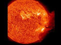 El sol se desataEl 7 de junio, el Sol liberó una llamarada de tamaño mediano mientras la rotación llevaba las regiones activas de manchas solares hacia el limbo solar. Esa erupción fue seguida de un chorro impresionante de plasma magnetizado, visto desde el Observatorio de Dinámica Solar. (02/07/11)