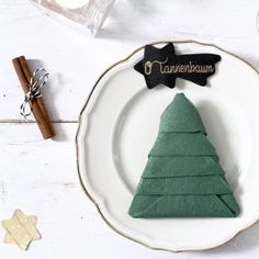 Learn how to fold this christmas tree for your christmas dinner. (in German)