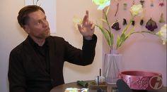 """Die Ausstellung """"Die Falsche Blume""""   Herrmann August Weizenegger berichtet üder das Designmärchen – Die falsche Blume (c) DRESDENEINS.TV (2)"""