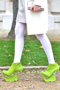 12 Lessons From Fashion Week Street Style An odd pair of neon shoes gets heads turning outside the Chanel show. Creative Shoes, Unique Shoes, Funny Shoes, Weird Shoes, Crazy Heels, Neon Shoes, Zapatos Shoes, Shoe Art, Trends 2018